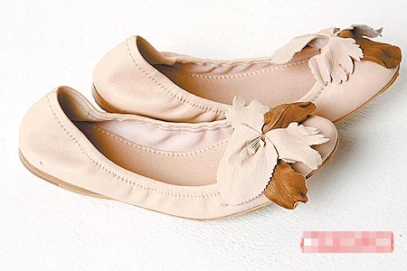 立体花、麂皮娃娃鞋。1万4000元(约合3500元)