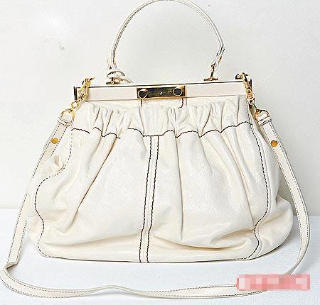 象牙白大手袋配上金属框开口,相当复古。4万9500元 (约合1万2375元)