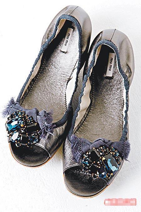 大颗水晶露趾鞋。1万6500元(约合4125元)