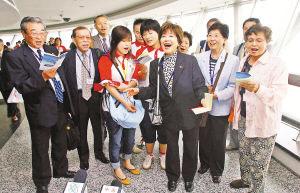 """6月15日,参加""""中日青年世代友好中国行""""活动的日本代表团部分团员与中国志愿者在上海东方明珠电视塔内一起唱歌。"""