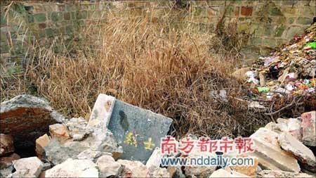 在洛阳烈士陵园东南角有一个很大的垃圾坑,坑里填满了被毁烈士墓碑。《大河报》供图