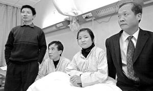 患尿毒症的何一文(右二)和何志刚(右三)准备与对方亲属进行交叉换肾。