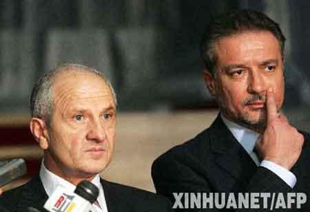 12月1日,在马其顿首都斯科普里,马其顿总统茨尔文科夫斯基(右)与来访的科索沃总统塞伊迪乌出席新闻发布会。正在马其顿访问的塞伊迪乌当日表示,科索沃不久将宣布独立。新华社/法新