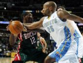 图文:[NBA]雄鹿负掘金 卡特抢断对手