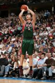 图文:[NBA]雄鹿负掘金 易建联跳投