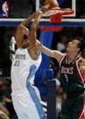 图文:[NBA]雄鹿负掘金 易建联遭对手暴扣