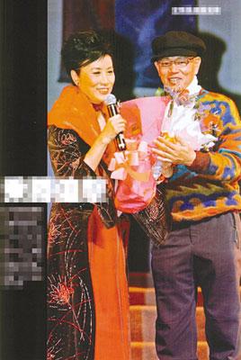 汪明荃演唱会上罗家英献花。