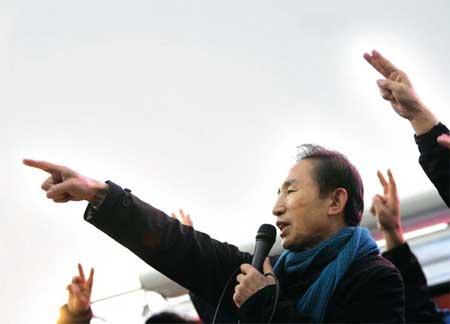 12月17日,李明博在韩国南部水原参加竞选活动