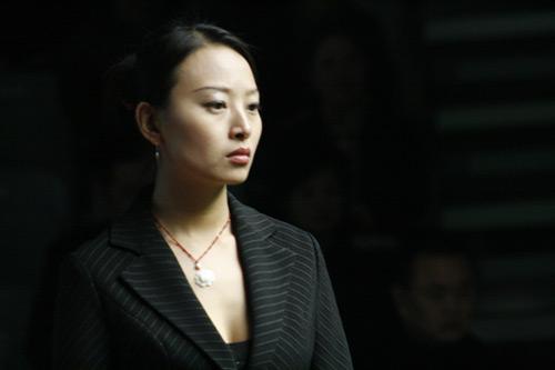 图文:斯诺克美女裁判 冷艳在比赛中专注表情