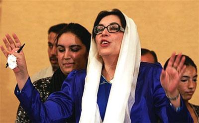 """两个月前,流亡海外的巴基斯坦前总理贝•布托表示,尽管""""基地""""恐怖组织扬言要暗杀她,她仍会按计划于10月18日回国,结束8年的流亡生涯。"""