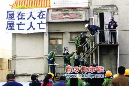 防暴警察从黄家的房子搜出两大瓶汽油。