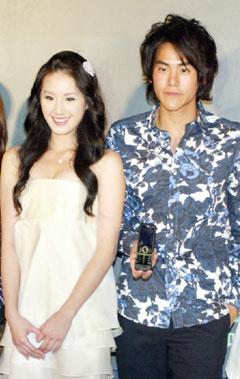 曾恺玹(左)和彭于晏在手机电影《台北.我爱你》里爱抱抱。
