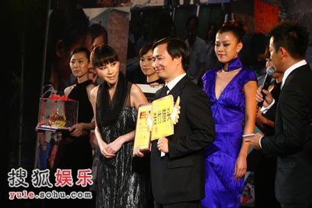 袁小纳(右二)与国际艾美奖