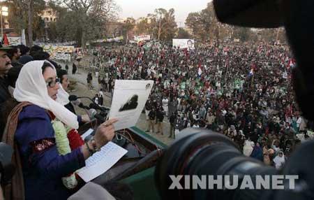 12月27日,在巴基斯坦拉瓦尔品第举行的竞选集会上,贝·布托向支持者发表演讲。当天,巴前总理、人民党领导人贝·布托在拉瓦尔品第市举行的竞选集会上遇袭身亡。新华社发