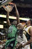 图文:[NBA]凯尔特人VS超音速 博金斯暴扣