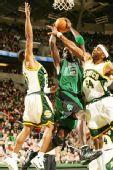 图文:[NBA]凯尔特人VS超音速 加内特被截杀