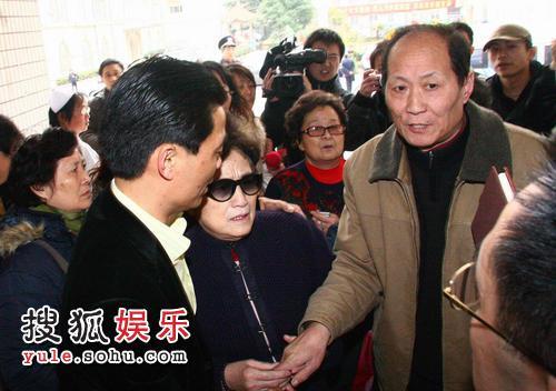 孙道临妻子王文娟和亲友前来到医院