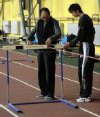 图文:史冬鹏与刘翔合练进步神速 丈量栏间距离