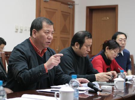 图为齐齐哈尔体育局局长李丹平(左一)