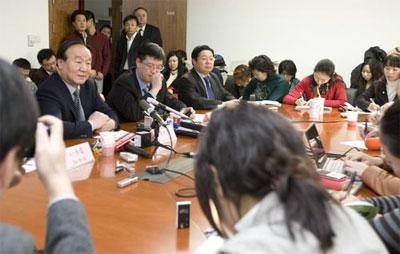 蒋效愚(左二)参加首次奥组委驻会副主席媒体接待日。图据北京奥运会官方网站