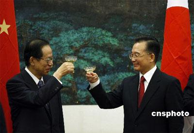 十二月二十八日,中国国务院总理温家宝与日本首相福田康夫在北京人民大会堂举行会谈,两国领导人就东海问题达成四点共识。图为温家宝与福田康夫出席双方签字仪式并举杯。 中新社发 盛佳鹏 摄