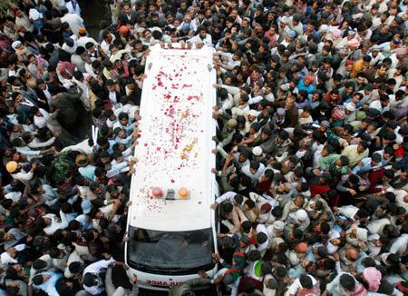 12月28日,数以十万计的支持者围簇着运送贝-布托灵柩的救护车。