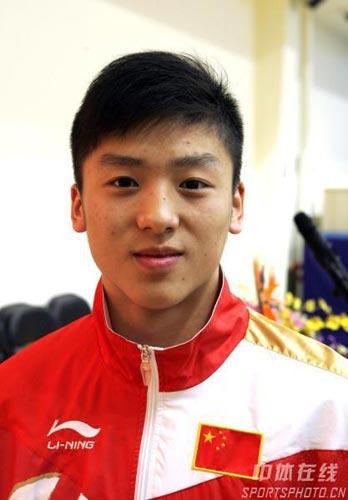 图文:07蹦床新世界冠军登榜仪式 冠军陆春龙