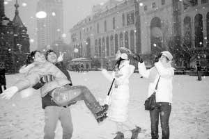 游人为雪欢呼