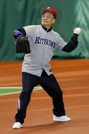 温家宝身着35号球衣应约和福田康夫切磋棒球球艺