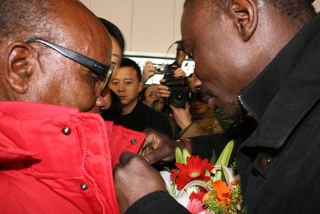 图文:阿赫瓦里抵达北京 为英雄穿上羽绒服