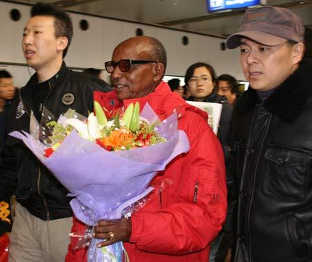 图文:阿赫瓦里抵达北京 在陪同下走出机场
