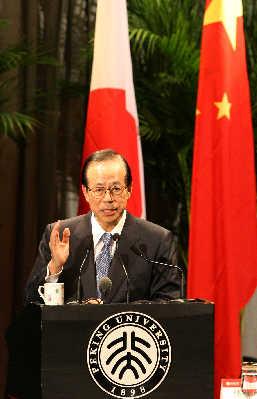 正在中国访问的日本首相福田昨天在北大发表演讲,福田说,只有认真地看待过去,并且勇敢而明智地反省该反省之处,才能避免今后重蹈覆辙。 新华社图