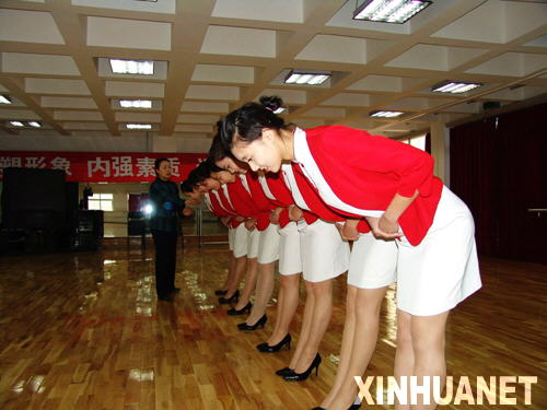 图为老师在纠正礼仪动作 新华社记者赵霓摄