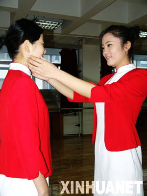 图为志愿者两人一组互相纠正动作 新华社记者赵霓摄