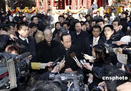十二月三十日,日本首相福田康夫携夫人来到山东省曲阜市参观孔庙时,接受中外记者采访。 中新社发 盛佳鹏 摄