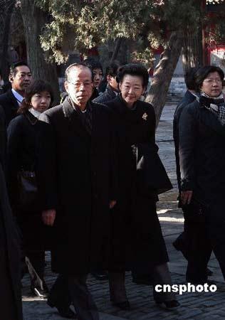 十二月三十日,日本首相福田康夫携夫人来到山东省曲阜市,参观孔庙。 中新社发 盛佳鹏 摄