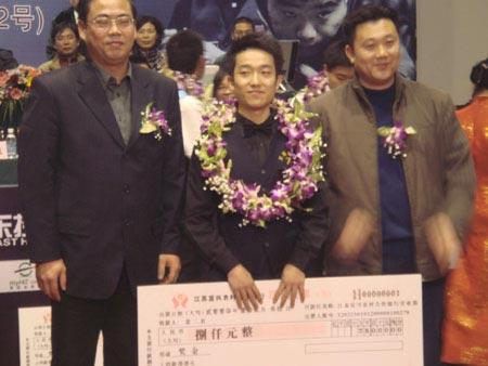 图文:中巡赛总决赛落幕丁俊晖夺冠 八千元支票