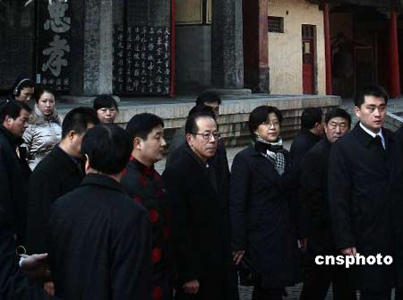 12月30日,日本首相福田康夫携夫人来到山东省曲阜市,参观孔庙。 中新社发 盛佳鹏 摄