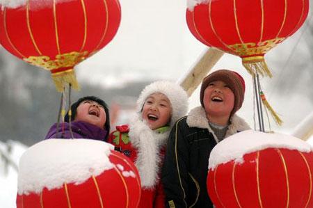 """2007年12月29日,黑龙江牡丹江雪堡,几个小朋友在雪后观赏""""雪灯墙""""。"""