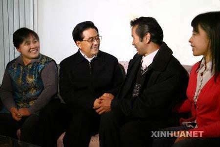 12月31日,中共中央总书记、国家主席、中央军委主席胡锦涛到天津市看望和慰问基层干部群众。这是胡锦涛在河东区彩丽园廉租房小区同低保户高会来一家人拉家常。新华社记者鞠鹏摄