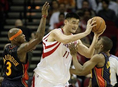 图文:[NBA]火箭VS勇士 姚明面对包夹