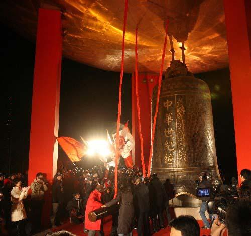 12月31日,嘉宾在现场敲响2008年钟声。 新华社记者 孟永民 摄