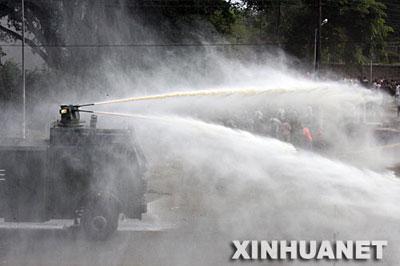 12月31日,肯尼亚警方用高压水车驱散首都内罗毕街头的示威人群。