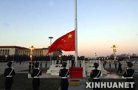 天安门广场提前20分钟放行方便群众观看升国旗