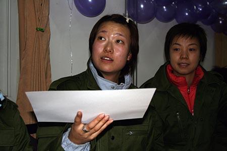 图文:国乒军训与官兵联欢 李楠张怡宁在联欢
