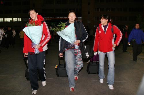 图文:女排抵挡漳州备战 薛明王一梅李娟并肩走