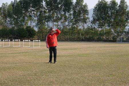 图文:国足清远体能训练 福拉多观看队员训练