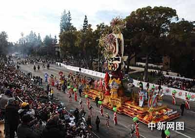 在美国西部元旦曙光里,北京奥运花车在第119届玫瑰花车大游行中亮丽登场。 作者:贾国荣