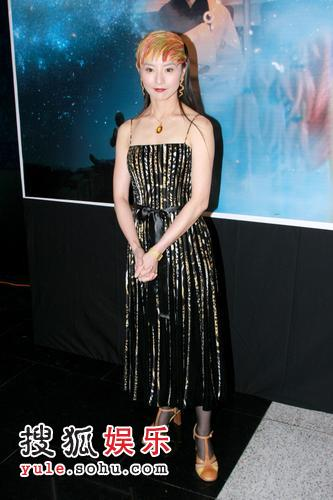 李赛凤五彩留海配黑色连身裙出席首映礼