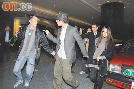 陈冠希前晚面对记者(左)时态度极不友善